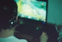 gracz grający w grę komputerową